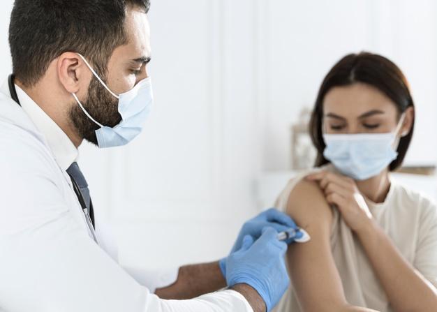medico-vacinando-uma-jovem_23-2148755633